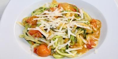 Espaguetis de calabacín con tomate al parmesano