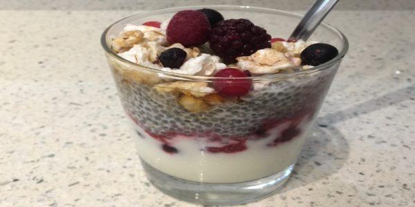 Delicia de frutos rojos, yogur y chía