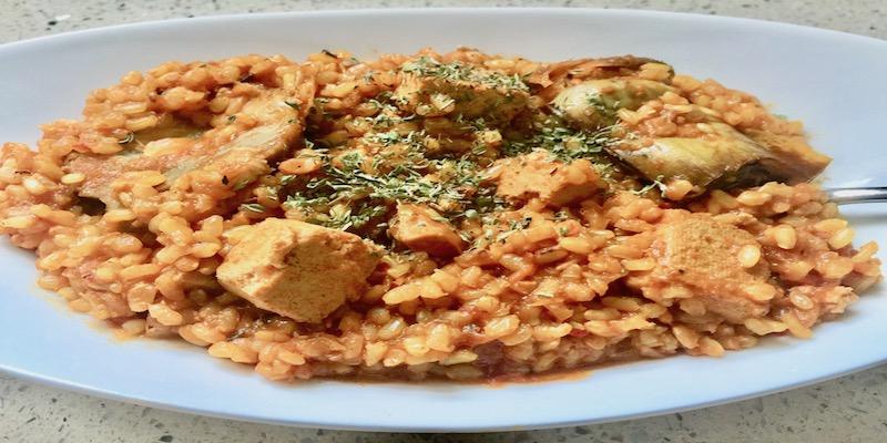 Arroz integral con cúrcuma, alcachofas y tofu
