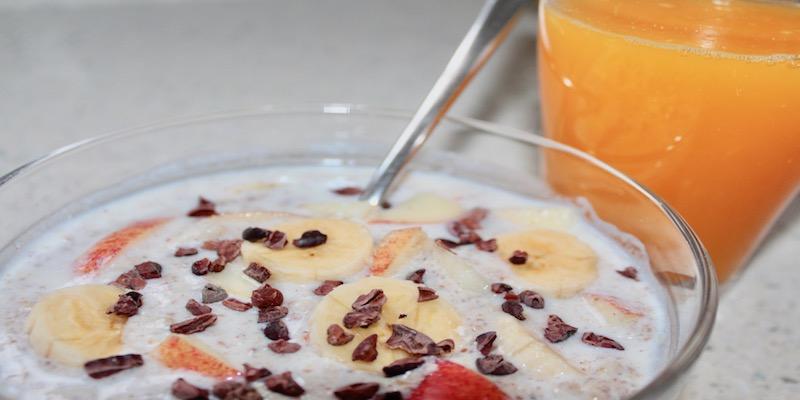 Desayuno completo, sano y enérgico: gachas de avena, kéfir, semillas y fruta