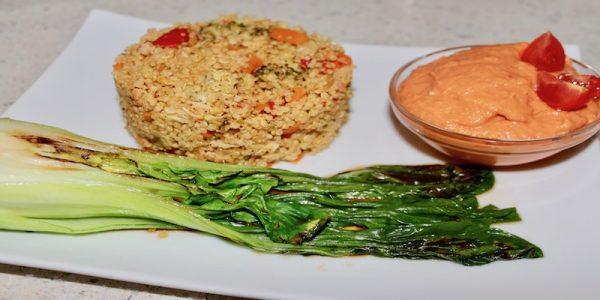 Sabroso plato de quinoa con verduras, pak choi y salmorejo